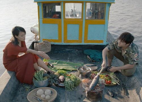 Hai nhân vật Thăng và Vân cùng ăn lẩu bông và cá nướng trong phim. Ảnh: TIFF.