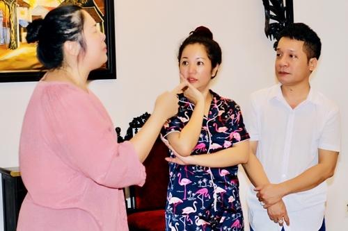 Hồng Vân (trái) diễn thị phạm cho Thúy Nga và Minh Nhí khi tập kịch hôm 31/10. Ảnh: LT.