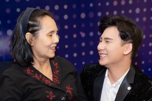 Hoàng Lan bên đàn em Ngọc Châu trong sự kiện chiều 1/11. Ảnh: Nguyễn Thành.