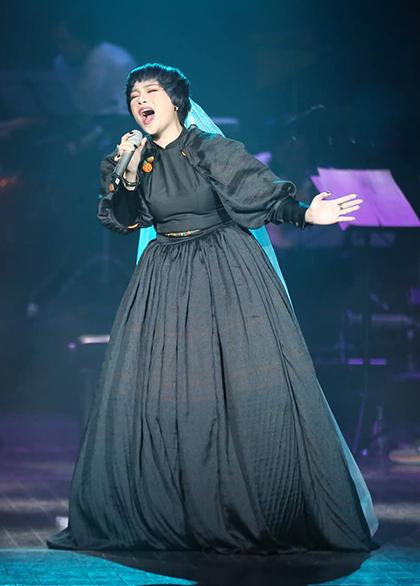 Ngọc Khuê mặc váy đen, gài voan trắng hát Giấc mơ dai dẳng. Ảnh: XB.