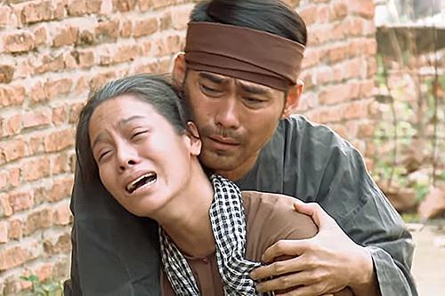 Thị Bình đau khổ khi Khải Duy bị đưa đi xử bắn. Ảnh: THVL.