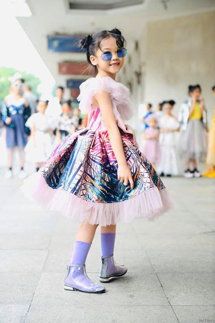 Hoàng Anh tham gia một hoạt động thuộc Tuần thời trang Quốc tếtrên phố đi bộ Hà Nội, hôm 27/10. Ảnh: Leon Lee.