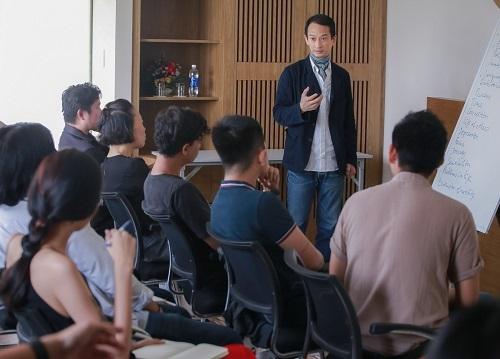 Trần Anh Hùng dạy lớp đạo diễn. Ảnh: BTC.