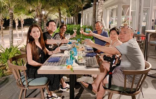 Vợ chồng Dương Khắc Linh và cha mẹ hai bên. Ảnh: DKL.