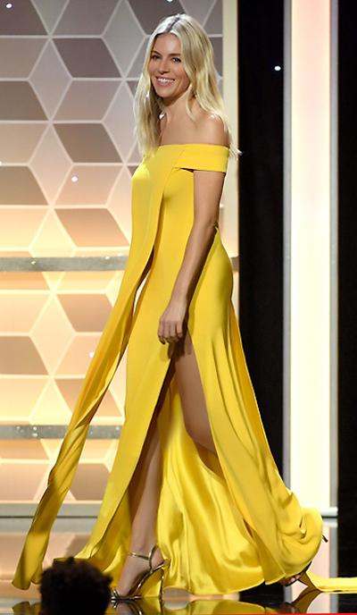 Sienna Miller diện đầm Công Trí ở sự kiện. Ảnh: Getty.
