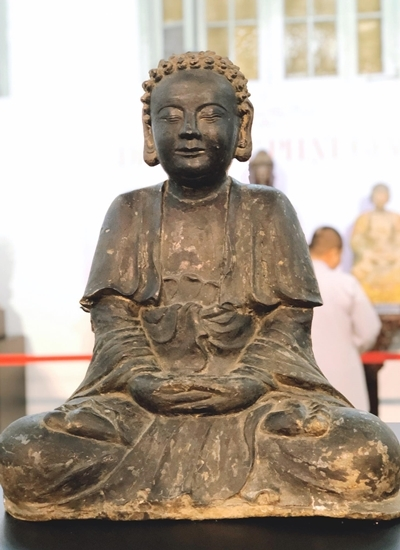 Một tượng Phật thời nhà Nguyễn được đặt chính giữa không gian triển lãm. Ảnh: Mai Nhật.