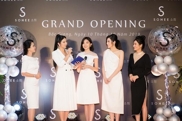 NSND Lan Hương, Hoa hậu Ngọc Hân, diễn viên Lương Thanh và Á hậu Tú Anh mặc trang phục thuộc dòng Sohee by Habui do chính CEO Hà Bùi (váy đen) thiết kế tại sự kiện khai trương showroom Bắc Giang.