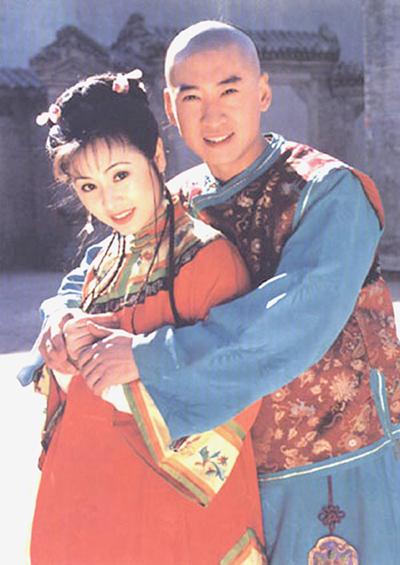 Châu Kiệt từng nổi tiếng với vai Nhĩ Khang, người yêu của Hạ Tử Vy (Lâm Tâm Như) trong Hoàn Châu cách cách hay vai Bao Thanh Thiên trong Thời niên thiếu của Bao Thanh Thiên.