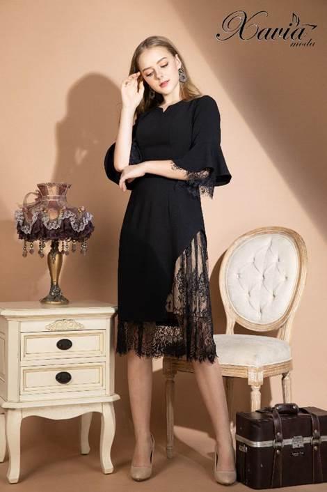 Đầm đen đáp mảng ren tinh tế giúp nàng khoe hình thể tinh tế trong những buổi tiệc tối.
