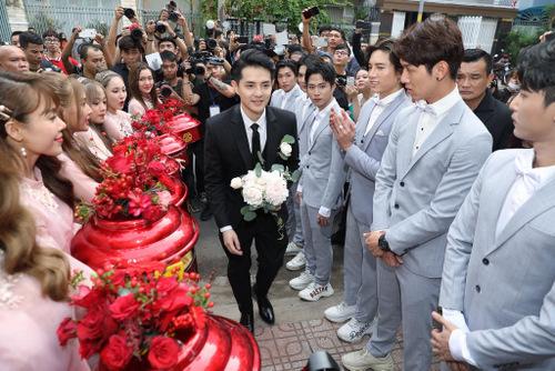 Ông Cao Thắng cầm hoa tiến vào nhà gái. Anh chia sẻ cảm xúc của mình dành cho Đông Nhi vẫn nguyên vẹn như ngày mới yêu.