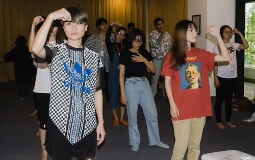Thùy Dung (trái) trong bài tập biểu lộ cảm xúc trong lớp học. Ảnh: BTC.