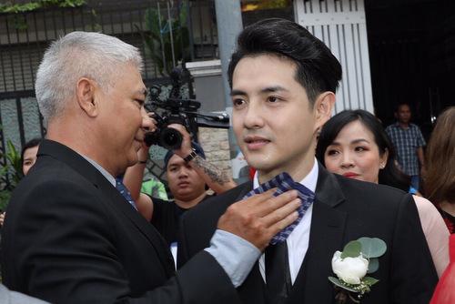 Diễn viên Văn Tùng - quản lý đội vệ sĩ đám cưới - lau mồ hôi cho chú rể.
