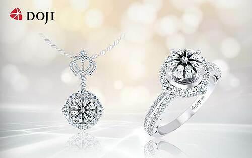 Với sự tài hoa, sáng tạo, nghệ nhân kim hoàn DOJI khéo léo đặt kim cương vào từng thiết kế phù hợp tạo nên những tuyệt tác trang sức hoàn mỹ như Bộ sưu tập Queen of Heart ấn tượng với họa tiết vương miện thể hiện quyền lực phái đẹp