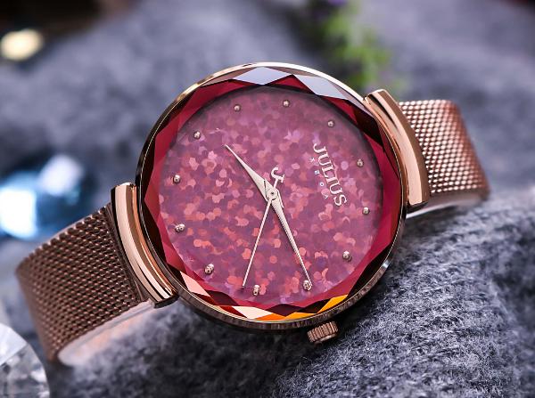 MẫuJA-1189Bđược lòng nhiều cô gái với màu hồng phối gam đồng. Mặt đồng hồ làm từ kính cường lực cao cấp, tạo điểm nhấn với lớp kim tuyến tròn nhiều màu