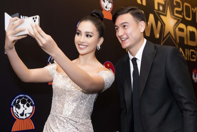Tiểu Vy selfie cùng thủ môn Văn Lâm