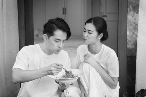 Đôi vợ chồng đút nhau ăn trước giờ làm lễ. Ảnh: Kim Bánh Trôi Nước.