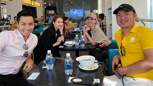 Từ trái sang: MC Nguyên Khang, Nhã Phương, Thu Trang và Tiến Luật tại phòng chờ.