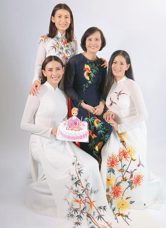 Võ Hoàng Yến bên mẹ và chị gái