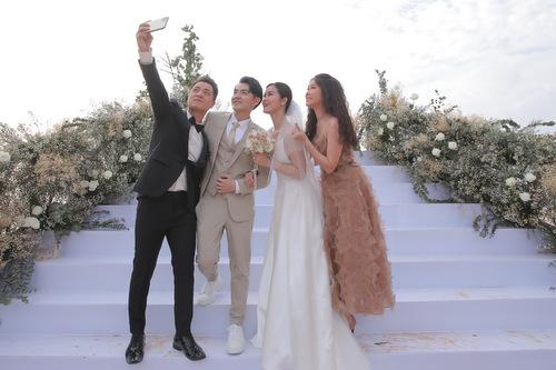 Vợ chồng Đăng Khôi selfie cùng đôi vợ chồng mới.