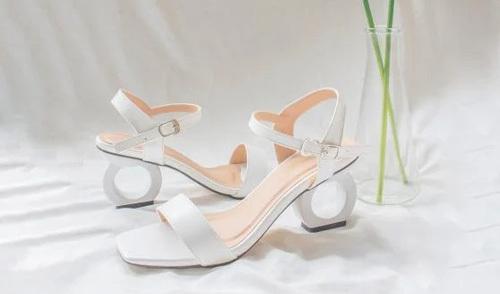 Giày cao gót kiểu dáng cách điệu thương hiệu Erosska thiết kế dạng sandal, tạo sự thoải mái khi di chuyển. Phần quai hậu chắc chắn, khoá gài kim loại điều chỉnh kích cỡ tuỳ theo cổ chân. Đế cao 5 cm, chất liệu chống trượt giúp tăng cường độ bám, dễ di chuyển. Quai làm từ da PU cao cấp, mềm mại. Giá bán trên Shop VnExpress là 149.000 đồng, ưu đãi 43% so với giá gốc.