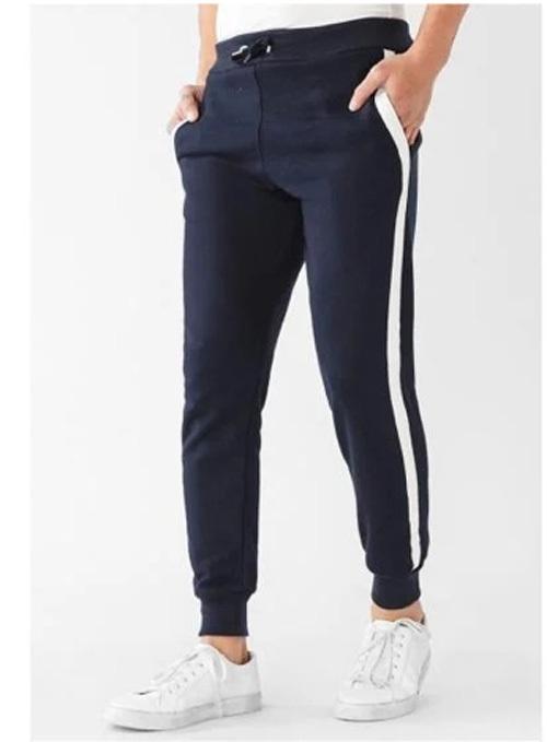 Quần dài màu xanh dương đậm, phối sọc trắng 2 bên, bo thun ở lai quần. Lưng bo thun có dây rút, thích hợp với nhiều cỡ bụng, điều chỉnh tuỳ cân nặng. Chất liệu thun da cá mềm, mát, thoải mái vận động.