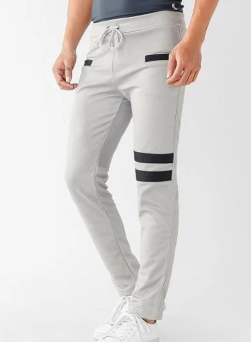 Quần jogger phom slimbody ôm sát chân, chất liệu nỉ bóng, chống nhăn, bền màu. Hai túi quần phía trước thiết kế dạng túi đứng. Lưng bo thun có dây cột. Màu xám nhạt, phối sọc đen.