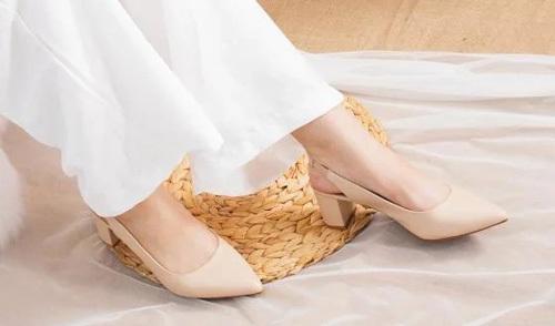 Giày cao gót màu be thiết kế mũi nhọn với phần quai ngang sau gót, tạo sự thanh lịch, duyên dáng cho người mang, dễ phối với nhiều trang phục. Mũi nhọn giúp kéo dài chân, ăn gian chiều cao nhờ gót cao 5 cm. Chất liệu da PU, đế giày chống trượt, tạo sự thoải mái khi di chuyển. Sản phẩm có giá 189.000 đồng.
