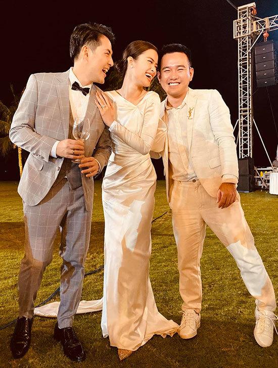 Ba bộ váy cưới của Đông Nhi