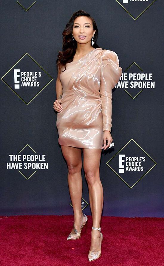 Chị em Kim Kardashian mặc hở ngực