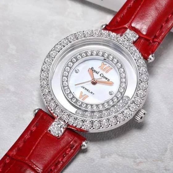 Đồng hồ nữ đính đá thương hiệu Royal Crown nổi bật với dây đeo bằng da màu đỏ. Đường kính mặt 32mm, vừa với cỡ tay của hầu hết phụ nữ châu Á. Khung đồng hồ làm từ hợp kim thép không gỉ phủ platinum sáng bóng. Đá nhân tạo lấp lánh tạo sự sang trọng cho người đeo. Bảo hành chính hãng 12 tháng, thay pin miễn phí trọn đời. Shop VnExpress ưu đãi độc quyền sản phẩm này với giá 1,299 triệu đồng, giảm 50% so với giá gốc.
