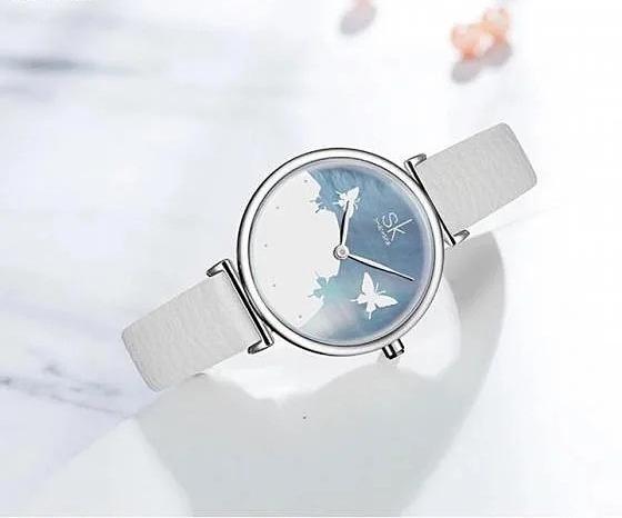 Đồng hồ nữ Shengke Korea dây da màu trắng, kiểu dáng nữ tính, thích hợp cho chị em chốn công sở hoặc đeo đi chơi, dạo phố, hẹn hò. Mặt đồng hồ phối 2 màu trắng - xanh trang nhã, không có vạch số, in hình bươm bướm bắt mắt. Viền đồng hồ làm từ hợp kim phủ bạc sáng bóng. Kích thước mặt vừa phải với đường kính 32mm. Sản phẩm đang được ưu đãi lớn trên Shop VnExpress, giảm 50% trên giá gốc, còn 1,099 triệu đồng.