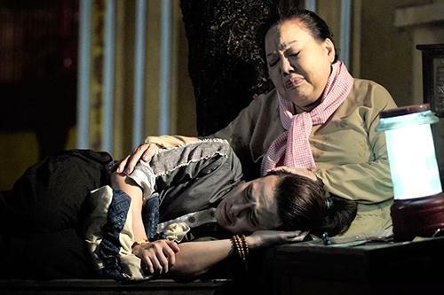 NSND Ngọc Giàu, Huỳnh Lập trong cảnh bà lão hát ru cho Tinh Lâm. Ảnh: H.L.