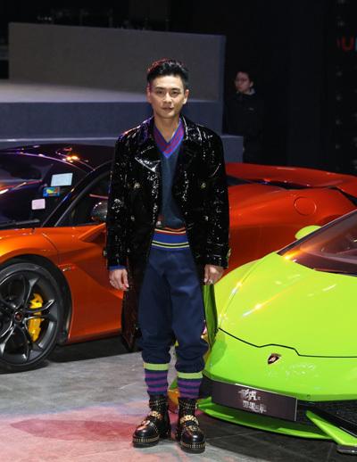 Tông Trạch 39 tuổi, nổi tiếng với nhiều phim của TVB như Chuyện chàng Vượng, Bao la vùng trời, Mẹ chồng khó tính... Những năm gần đây anh đóng Đường tâm phong bạo 3, phim điện ảnh Phi hổ...
