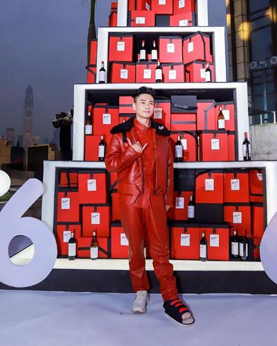 Nam diễn viên diện cây đỏ dự sự kiện. Vì bị bó bột ở chân không thể mang giày, anh đi tất đồng điệu trang phục.