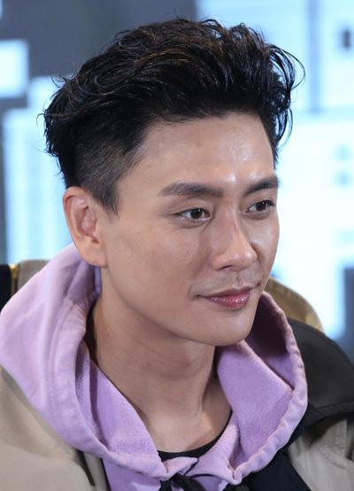 Tài tử TVB còn chú ý trang điểm đồng điệu với quần áo.
