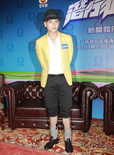 Ngoài sở thích mặc váy, Huỳnh Tông Trạch thích phối vest với các dạng quần short, quần lửng, quần ống loe...