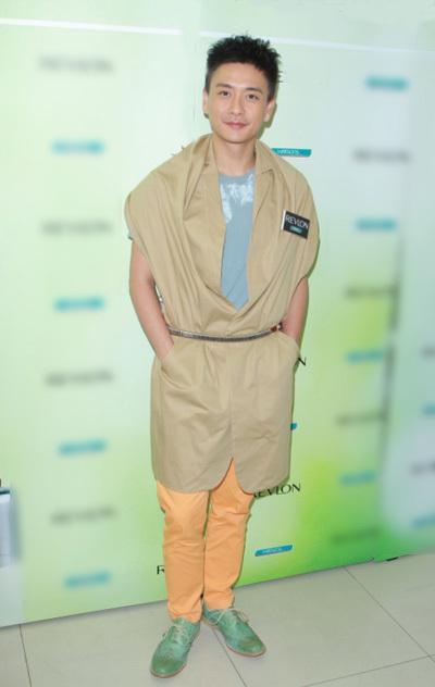 Trên HK01, Tông Trạch nói: Cái gì tôi cũng dám mặc, tủ đồ của tôi không ít váy nhưng tôichỉ mặc chúngở sự kiện phù hợp.