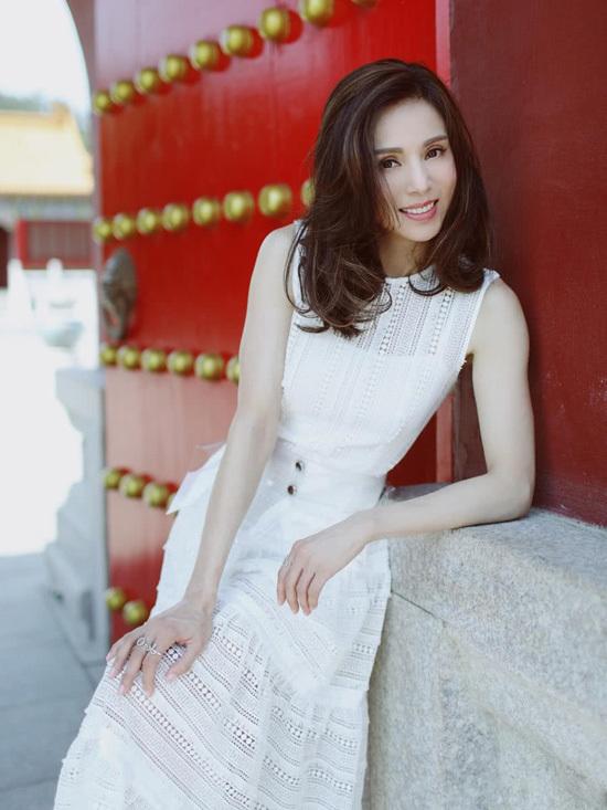 Lý Nhược Đồng chuộng váy trắng