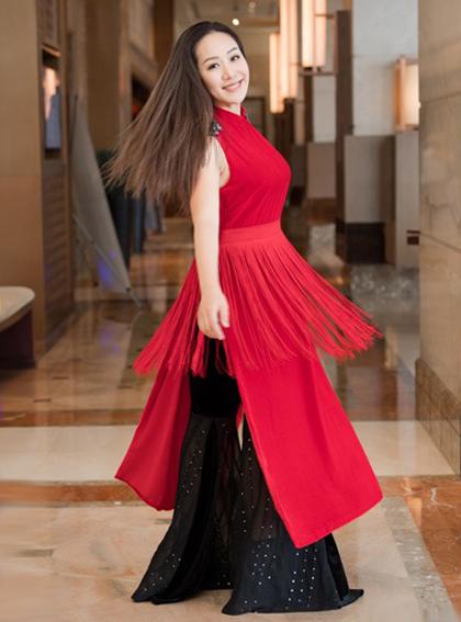 Hoa hậu Thế giới người Việt 2007 thử trang phục có điểm nhấn tua rua ở eo.