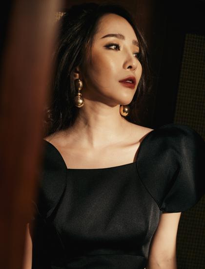 Cô ưu tiên chọn trang phục gợi cảm nhưng vẫn lịch sự, phù hợp trong nhiều hoàn cảnh khác nhau.