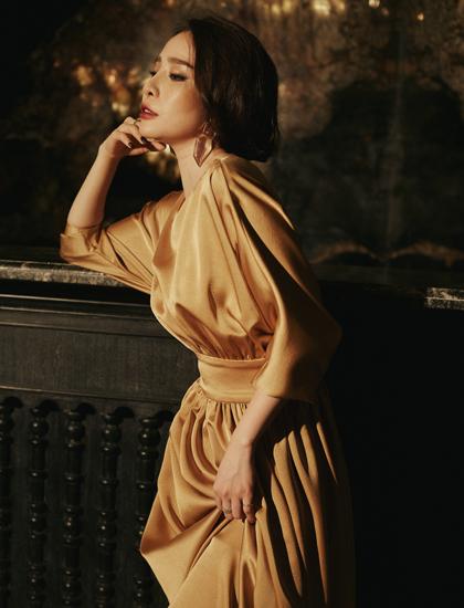 Quỳnh Nga khoe vẻ đài các trong chiếc váy dài chất liệu lụa satin.