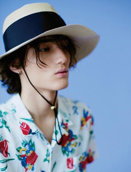Tobias cuốn hút với vẻ đẹp lai, pha trộn nét dịu dàng và sự nam tính cùng thân hình mảnh mai. Anh là gương mặt quen thuộc trên các tạp chí thời trang Hàn Quốc như: Elle, Esquire, GQ, Marie Claire... Người mẫu biến hóa với nhiều phong cách khác nhau.