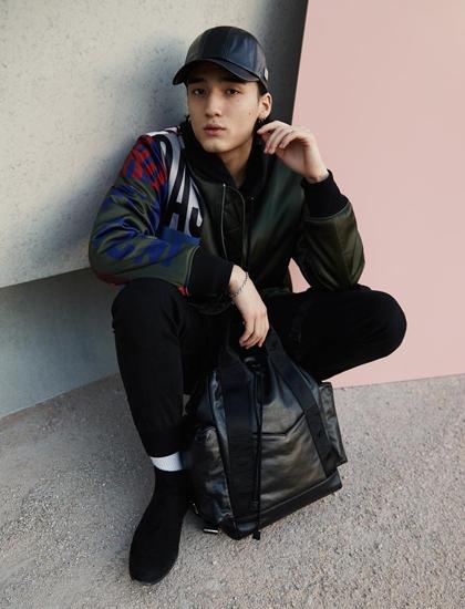 Phong cách đời thường của Tobias trái ngược trên tạp chí. Người mẫu chọn trang phục đơn giản, năng động với tone màu tối và đội mũ che đi mái tóc bồng bềnh tạo cảm giác nam tính, khỏe khoắn.
