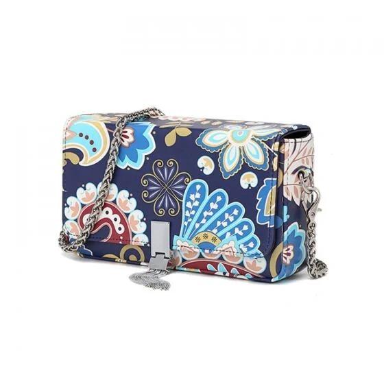 Túi xách dáng hộp của Venuco Madrid giảm nửa giá còn 849.000 đồng. Dây đeo dài bằng kim loại có thể tháo rời. Khóa gài chắc chắn, gắn tua rua tạo điểm nhấn cho sản phẩm. Họa tiết hoa nổi bật, thích hợp phối với những bộ trang phục đơn sắc.