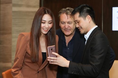 Vợ chồng Ngân Khánh cùng thầy dạy diễn xuấtDean Caray.