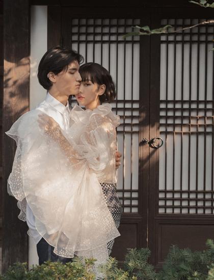 Trong MV Vì yêu cứ đâm đầu ra mắt hôm 11/11, Min đóng nhiều cảnh tình tứ với người mẫu Hàn Quốc tên Tobias ở Hàn Quốc. Ảnh: FBM.
