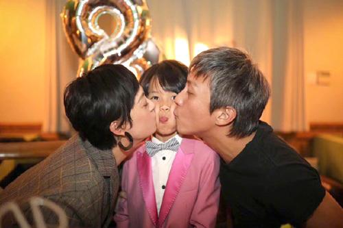 Tối 12/11, Tôn Lệ Đăng trên trang cá nhân ảnh vợ chồng cô mừng con trai tròn tám tuổi.
