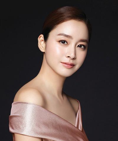 Kim Tae Hee chụp ảnh quảng cáo sau sinh. Ảnh: Instagram.