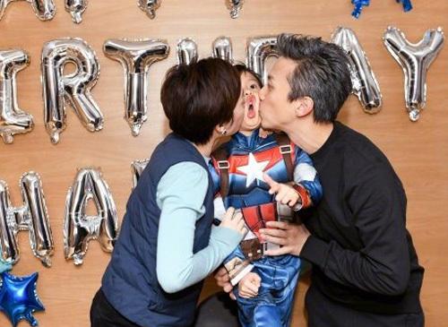 Cặp sao Trung Quốccó thói quen mỗi người hôm một bên má con để chúc mừng sinh nhật. Trong ảnh, Đặng Siêu - Tôn Lệvà Đẳng Đẳng năm sáu tuổi.