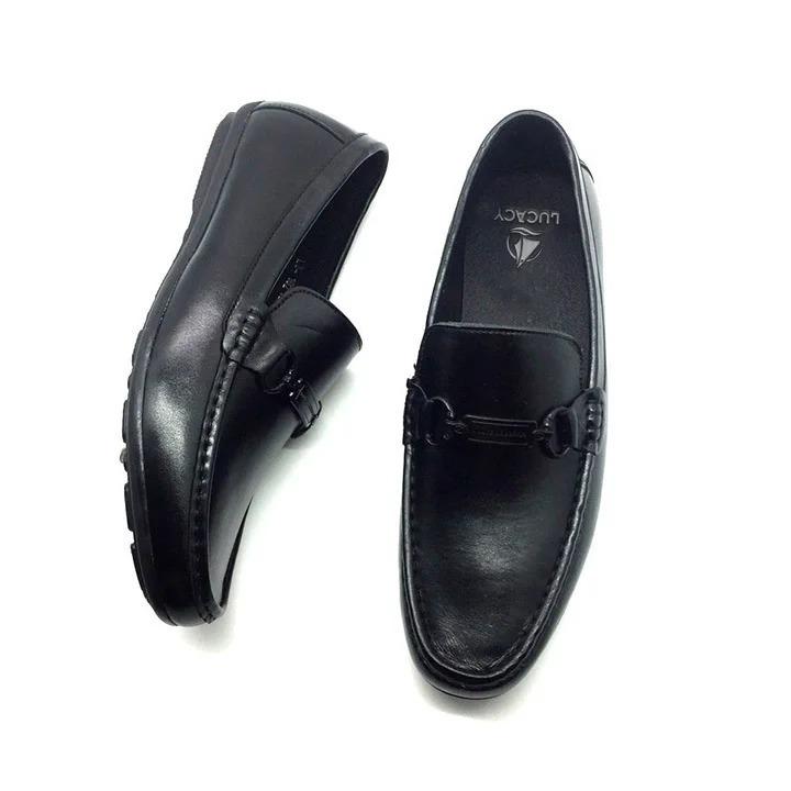 Giày mọi lười kiểu dáng đơn giản, thanh lịch, thích hợp mang đi làm, dự tiệc, gặp mặt bạn bè. Chất liệu da cao cấp, bảo hành 12 tháng. Lót giày mềm mại, thoải mái, đế cao su chống trơn trượt, khó bị mòn. Thiết kế giày giúp thoáng khí, không gây bí dù mang cả ngày. Sản phẩm có giá 389.000 đồng, ưu đãi 44% trên Shop VnExpress.